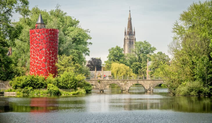Du 8 mai au 24 octobre 2021, Bruges accueille à nouveau l'art et l'architecture contemporains. Durant la troisième édition de la Triennale de Bruges, le parcours artistique trisannuel, 13 artistes et architectes présentent des nouvelles installations temporaires dans le coeur historique de Bruges, la ville du patrimoine mondial. Avec le thème choisi, TraumA, cette troisième édition change l'orientation de l'espace public, vers certaines dimensions cachées de la ville et de ses habitants.